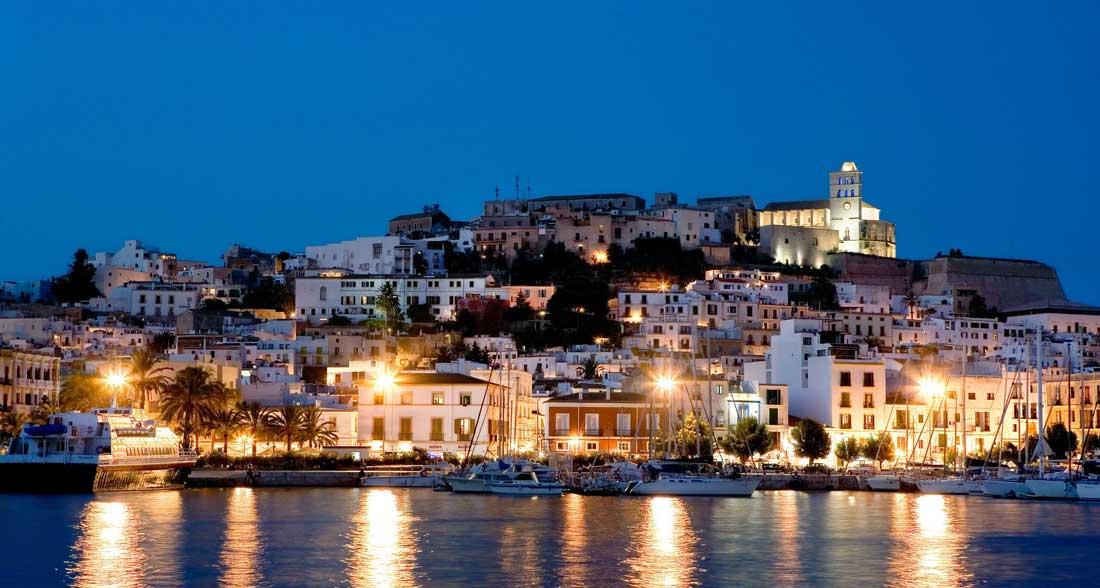 Hospedarse en Ibiza la isla de Baleares más fiestera