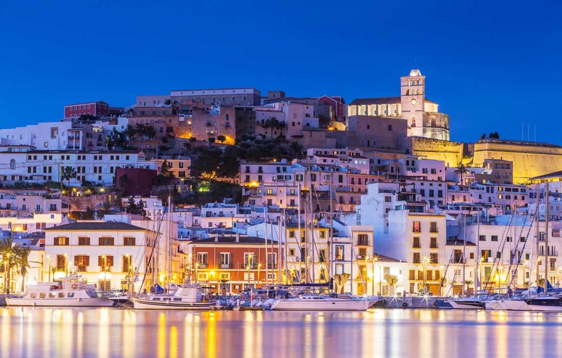 Viajar a Ibiza para hacer turismo en la Isla.